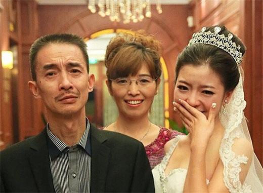 Mặc dù có chút buồn nhưng bố vẫn mỉm cười khi thấy con gái mình tìm được bến đỗ cuối cùng.