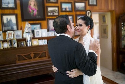 """Nhiếp ảnh gia Daniel Stoychev đã chụp lại được được khoảnh khắc hạnh phúc của con gái dành cho bố trong ngày cưới. Bức ảnh có tên là """"Gửi Bố""""."""