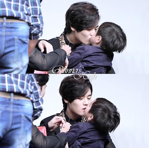 Dongjoon (ZE:A) có những khoảnh khắc đáng yêu chết người bên cạnh trẻ con.