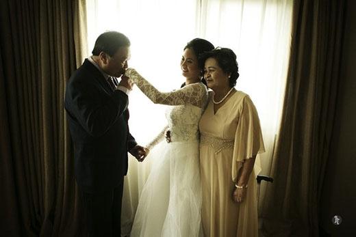 Cha, mẹ và con gái trong ngày trọng đại.