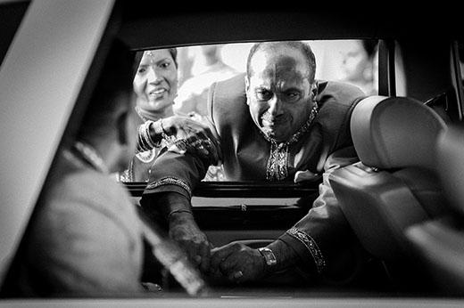 Ông bố bịn rịn chia tay con khi thấy con gái lên xe hoa về nhà chồng.