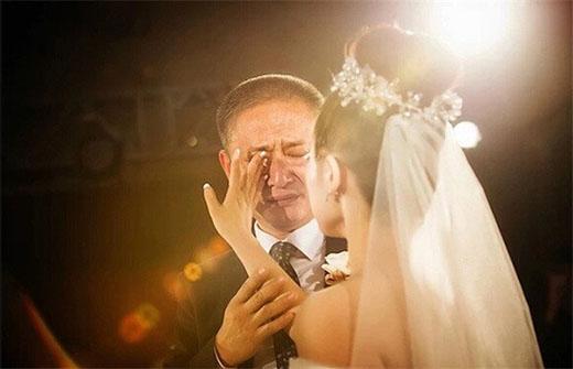 """""""Bố ơi, đừng khóc nữa. Con nhất định sẽ rất hạnh phúc""""."""