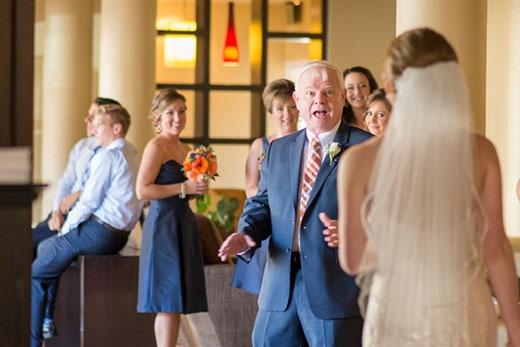 Ông bố ngạc nhiên khi thấy con gái lộng lẫy trong bộ váy cưới.