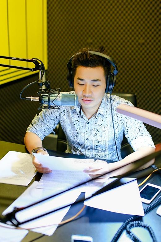 Một ngày làm việc của Nguyên Khang bắt đầu từ 6h sáng, tập thể dục và đi đến thu voice cho chương trình truyền thanh. - Tin sao Viet - Tin tuc sao Viet - Scandal sao Viet - Tin tuc cua Sao - Tin cua Sao