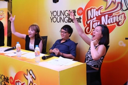 Anna Trương và Nhật Thủy vô cùng phấn khích trước màn trình diễn của các em nhỏ. - Tin sao Viet - Tin tuc sao Viet - Scandal sao Viet - Tin tuc cua Sao - Tin cua Sao