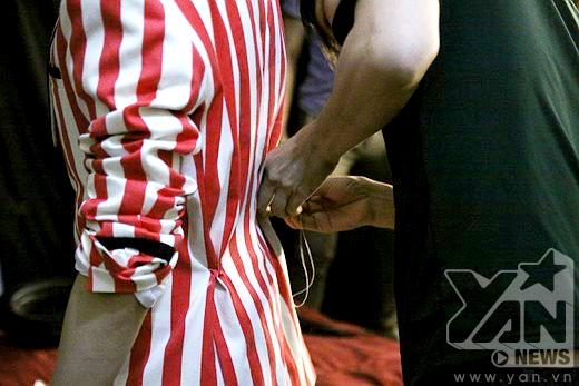 Hoàng Tôn đang chỉnh sửa trang phục trước khi lên sân khấu. - Tin sao Viet - Tin tuc sao Viet - Scandal sao Viet - Tin tuc cua Sao - Tin cua Sao