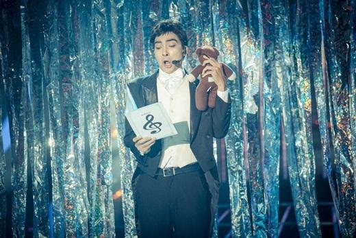 Khương Ngọc hóa thân thành Mr. Bean (Rowan Atkinson) với ca khúc Ode to joytrích trong bản giao hưởng số 9 của Beethoven. Chàng diễn viên phiên âm bài hát thành tiếng Việt cho dễ thể hiện. - Tin sao Viet - Tin tuc sao Viet - Scandal sao Viet - Tin tuc cua Sao - Tin cua Sao