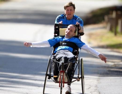Hình ảnh người cha giúp con mình di chuyển trên chiếc xe vô cùng đẹp