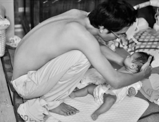 Hình ảnh cảm động của người cha đi xin sữa cho con suốt 18 tháng