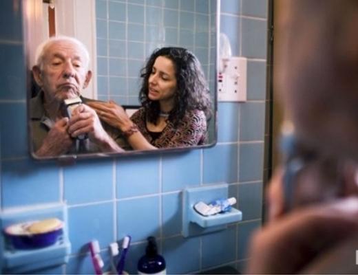 Con sẽ chăm sóc cha khi tuổi già nhé!