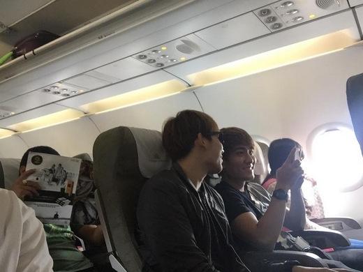 Lên máy bay cũng ngồi cạnh nhau và tíu tít trò chuyện không ngớt. - Tin sao Viet - Tin tuc sao Viet - Scandal sao Viet - Tin tuc cua Sao - Tin cua Sao