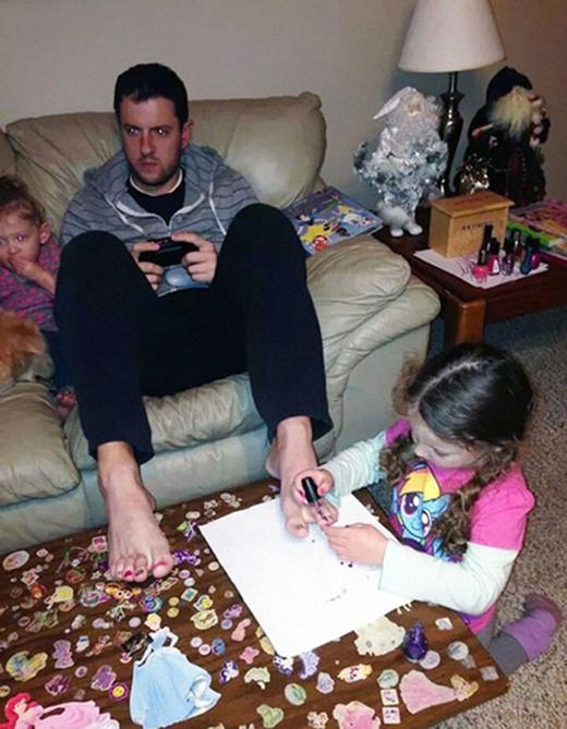 """Đây là cách chăm con gái hiệu quả nhất. Cứ để chúng """"làm đẹp"""" là chúng sẽ ngồi yên."""