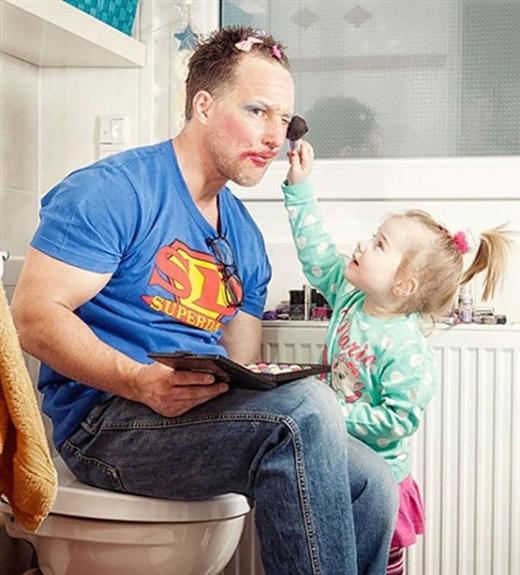 """Ông bố """"superman"""" chịu trận với cô con gái đáng yêu."""