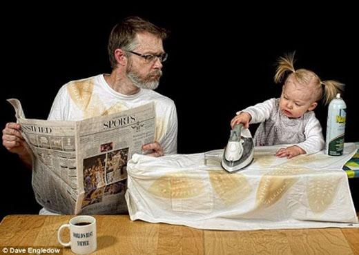 """""""Bố đi đọc báo đây. Con tập ủi tiếp đi nhé""""."""