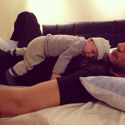 Bố sẽ luôn là cái nệm ấm áp mỗi khi con ngủ.