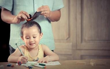 Tuy bố không khéo như mẹ, nhưng bố sẽ cố gắng cột tóc cho con.