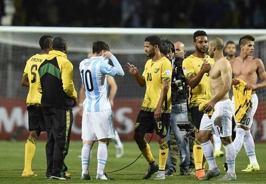 Messi được cầu thủ Jamaica đề nghị chụp hình tự sướng ngay trên sân