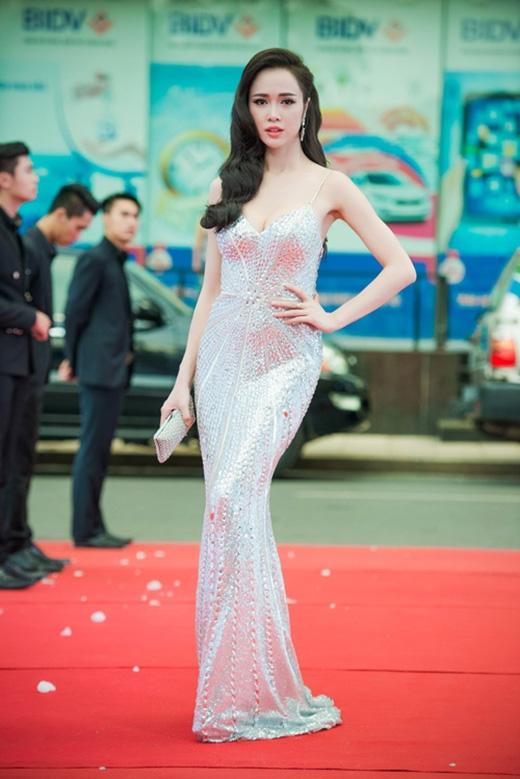 Bạn diễn mới của Trần Bảo Sơn lại gợi cảm hết mức trong ngày giới thiệu bộ phim tại Hà Nội vào tối 19/6. Cô diện chiếc váy hai dây ôm sát khoe trọn những đường cong nóng bỏng trên cơ thể trên nền chất liệu ánh kim rực rỡ.
