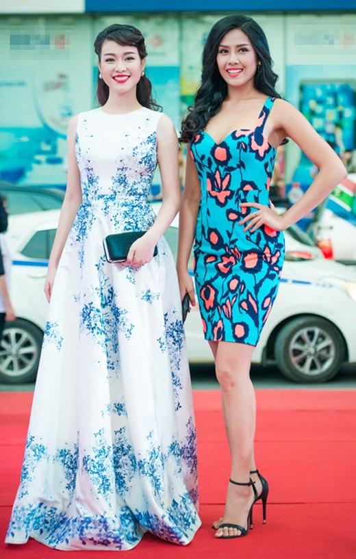 """Đến chung vui cùng Vũ Ngọc Anh trong ngày ra mắt """"Quyên"""" tại Hà Nội, Trương Tùng Lan cũng ghi điểm tuyệt đối với chiếc váy xòe cổ điển được trang trí bởi những họa tiết hoa lá màu xanh lam dịu mát."""