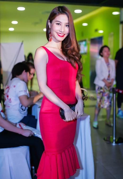 Sắc đỏ ruby rực rỡ làm nổi bật sắc vóc của Diễm My 9X khi diện một thiết kế cocktail với điểm nhấn ở chân váy của NTK Adrian Anh Tuấn.