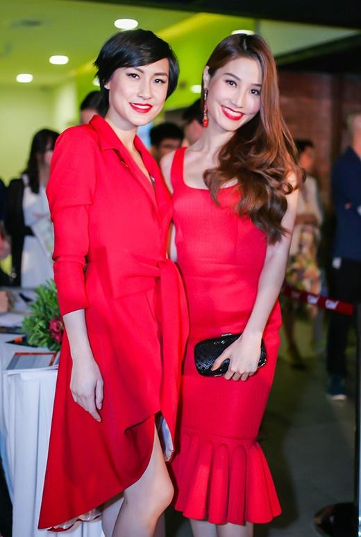 Cô chụp ảnh lưu niệm cùng Kathy Uyên.