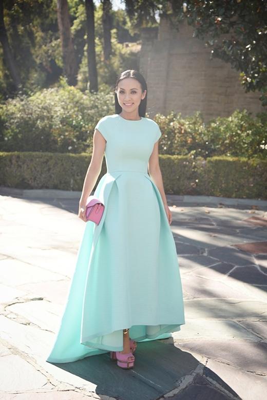 MC Huyền Ny lại tỏa sáng với gam màu xanh pastel trong một thiết kế váy dạ hội phom rộng sang trọng, tinh tế.