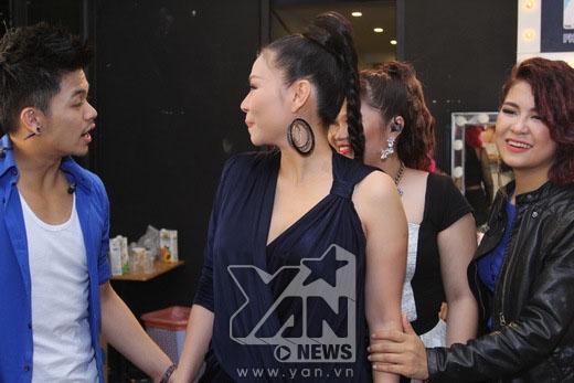 Các thí sinh cũng rất vui mừng vì sự trở lại của nữ giám khảo xinh đẹp. - Tin sao Viet - Tin tuc sao Viet - Scandal sao Viet - Tin tuc cua Sao - Tin cua Sao