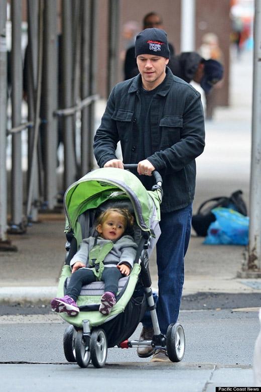 """""""Cách duy nhất để tôi có thể diễn tả cuộc sống làm cha là – nó nghe có vẻ ngu xuẩn, nhưng – vào khúc cuối của bộ phim How the Grinch stole Christmas, bạn biết lúc mà cậu ấy học được cách yêu thương bằng trái tim, và trái tim của cậu ấy như lớn hơn gấp 5 lần không? Tất cả mọi thứ đều được lấp đầy, nó luôn được lấp đầy bởi tình yêu"""", Matt Damon chia sẻ về cảm giác làm cha của mình."""