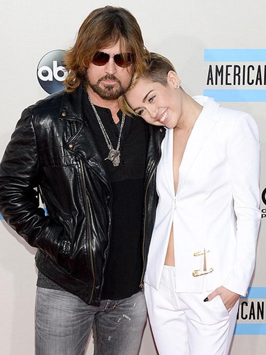 """""""Tôi nghĩ bố của tôi tuyệt hơn nhiều ông bố khác. Ông ấy vẫn cư xử như đang 17 tuổi vậy"""" – Miley Cyrus"""