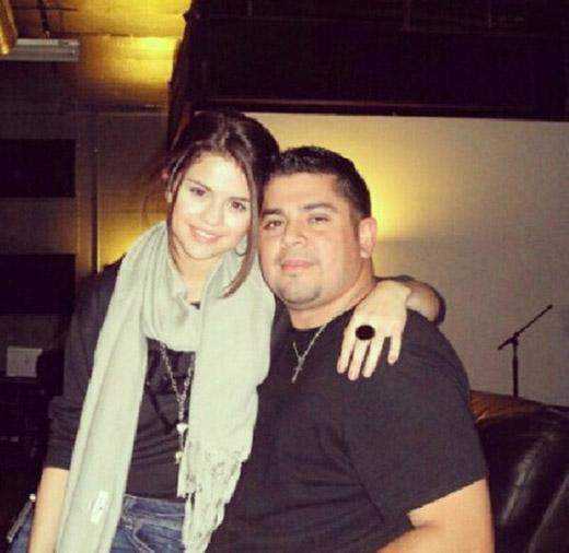 """""""Tôi nói """"Bố, con muốn một chiếc nhẫn hứa nguyện"""". Ông ấy đã đi đến nhà thờ để chúc phước lên chiếc nhẫn. Ông cũng lấy tôi ra làm ví dụ cho những đứa trẻ khác nữa"""" – Selena Gomez"""