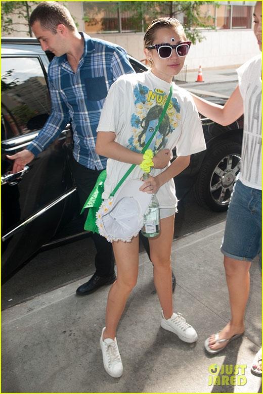 """Miley Cyrus cùng """"bạn gái tin đồn"""" rời khỏi khách sạn"""