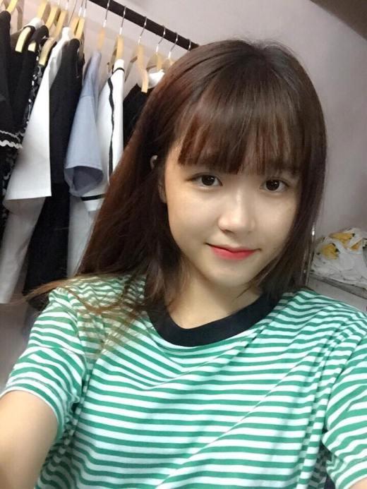 Hoàng Thị Minh Tâm còn được mọi người biết đến với cái tên Tâm Xíu. Với vẻ đẹp nhẹ nhàng, nữ tính, cô gái sinh năm 1996, sinh viên năm nhất của Học viện Báo chí và Tuyên truyền được rất nhiều bạn trẻ yêu mến.