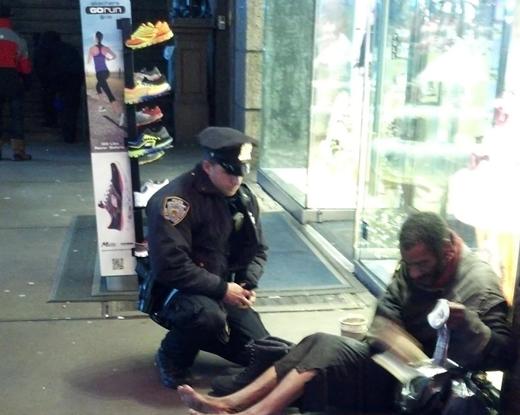 Bức ảnh được một du khách vô tình chụp được trên đường phố. Trong ảnh, một nhân viên cảnh sát đang tặng cho người đàn ông vô gia cư này một đôi giày và tất giữa đêm đông lạnh giá.
