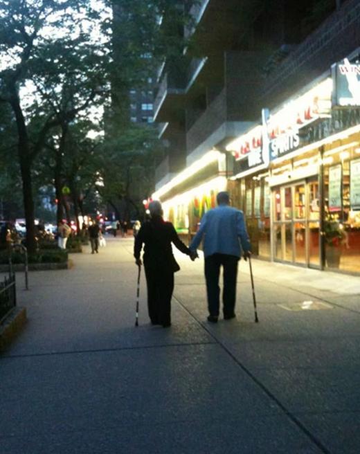 Dù là tuổi thanh xuân nhiệt huyết hay là tuổi già bình lặng, cặp đôi này vẫn luôn nắm tay nhau đi qua mọi nẻo đường.