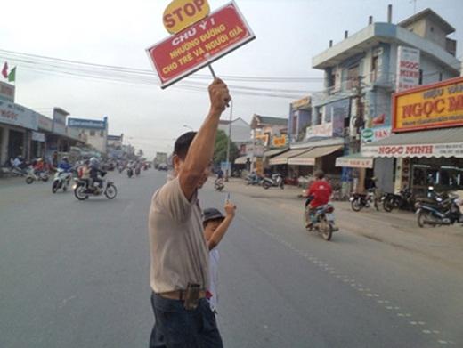 Nhìn thấy nhiều tai nạn diễn ra nên mỗi ngày trong suốt 20 năm qua, anh Lê Văn Thịnh ở Quảng Nam đã tình nguyện làm công việc đưa các cụ già và em nhỏ qua đường.