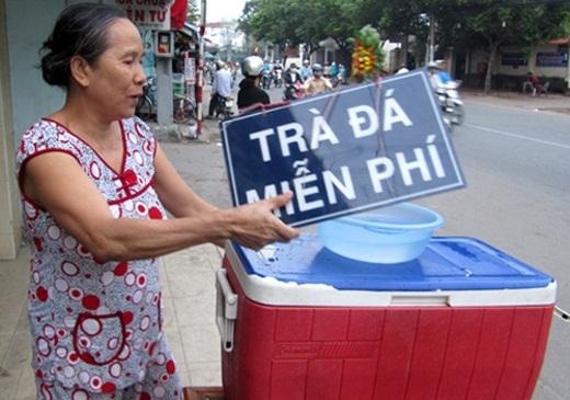 Những bình trà đá miễn phí thấm đượm tình người có thể dễ dàng bắt gặp khắp đường phố Sài Gòn.