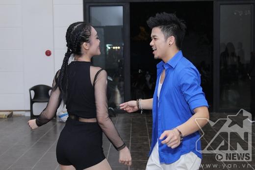 Trọng Hiếu tích cực tập luyện với vũ công nữ trước khi lên sân khấu. - Tin sao Viet - Tin tuc sao Viet - Scandal sao Viet - Tin tuc cua Sao - Tin cua Sao