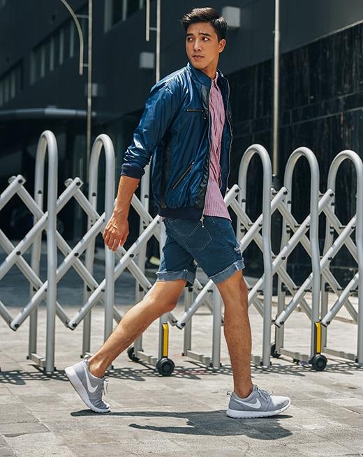 Chiếc áo sơ mi kẻ sọc màu hồng nổi bật lên giữa tổng thể màu xanh denim của áo khoác da cùng quần jeans lửng.