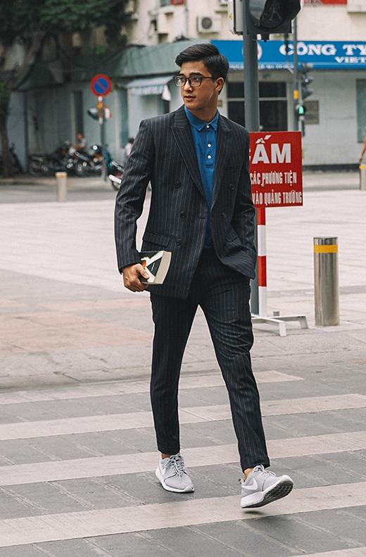 Trái ngược với hình ảnh cá tính, mạnh mẽ, Tiến Vũ lại bỗng trở nên lịch lãm, chỉn chu như những chàng trai công sở nhưng được phá cách khi kết hợp cùng sneaker, tất màu nổi bật.