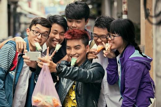 Ngọc Traitặng sữa chua bịch đá Wel Yo và chụp hình selfie với fan hâm mộ.