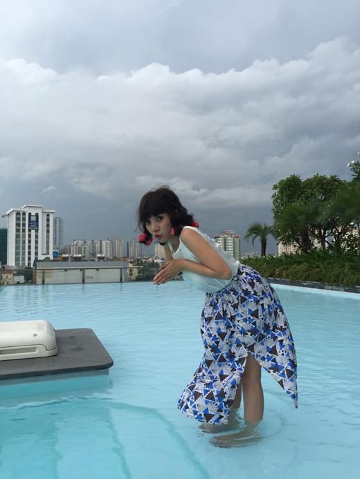 Thu Trang đã gửi đến người hâm mộ hình ảnh cô đang đứng dưới hồ bơi, cùng với dòng chia sẻ muốn mời gọi mọi người hãy xuống cùng bơi với cô.