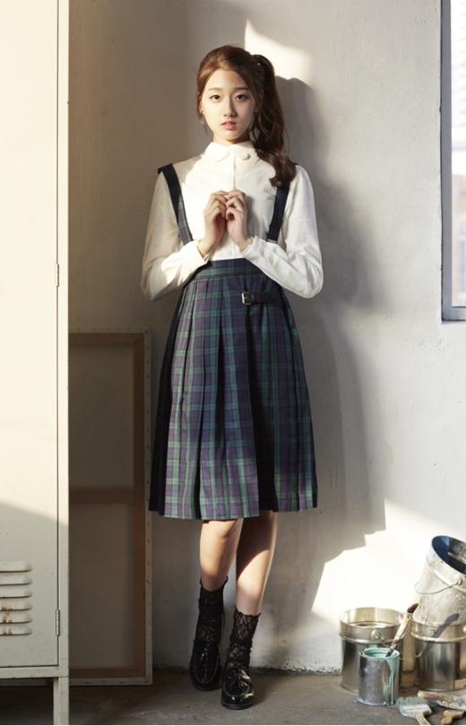 Dù chỉ vừa bước sang tuổi 17 nhưng Yein (Lovelyz) lại sở hữu ngoại hình vượt trội. Đồng thời, lợi thế chiều cao đã giúp cô nàng thêm nổi bật hơn so với các chị cùng nhóm.
