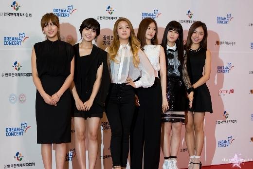 Chắn hẳn các thành viên A Pink sẽ rất ganh tỵ với Hayoung khi cô nàng luôn dễ dàng tỏa sáng mỗi khi xuất hiện, dù trong trang phục hết sức bình thường.