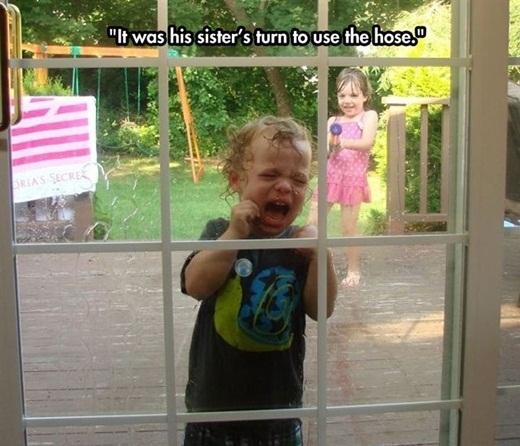 Cách dạy em trai chơi súng nước dễ tiếp thu nhất.