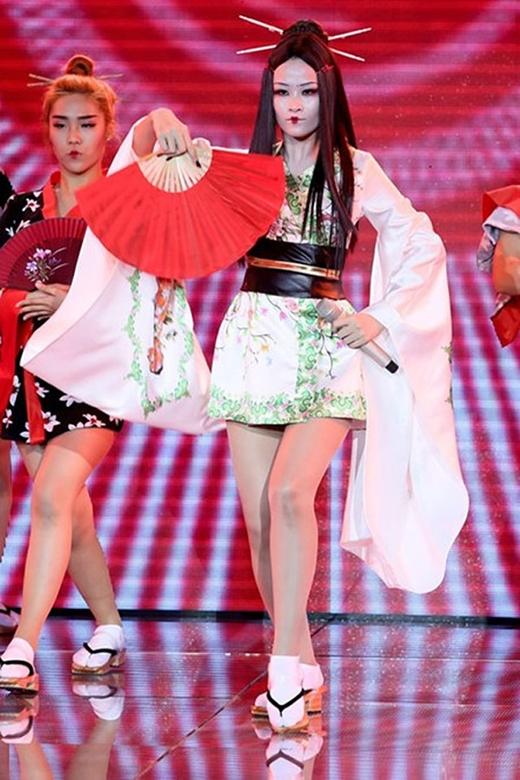 Trên sân khấu The Remix 2015, Đông Nhi cũng từng hóa thân thành những nàng geisha với lối trang điểm khá ấn tượng. Cô diện áo kimono dài phía bên ngoài màu đỏ rực rỡ và một chiếc kimono ngắn bên trong với những họa tiết hoa anh đào đặc trưng của đất nước Nhật Bản.