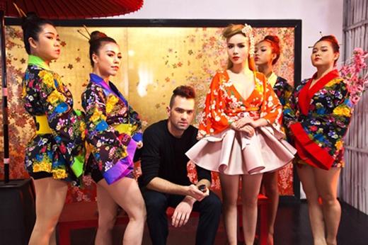 Yến Trang vô cùng gợi cảm và mang đến một làn gió mới cho kiểu trang phục truyền thống này. Màu sắc cũng được phối hợp khá ăn ý với nhau.