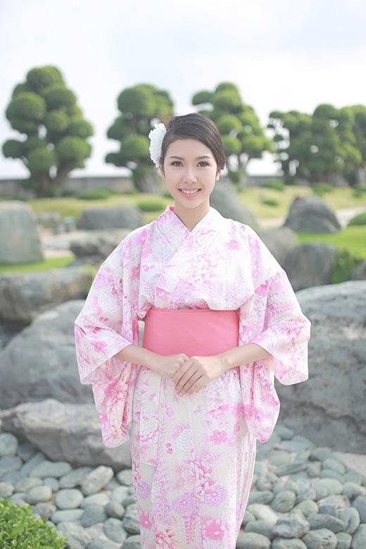 Á khôi Thúy Vân điệu đà, nữ tính trong bộ kimono màu hồng nhạt đặc trưng của hoa anh đào.