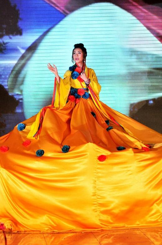 Trong một lần biểu diễn trên sân khấu, cô còn gây choáng bởi bộ kimono màu vàng đồng với diện tích khá khủng.