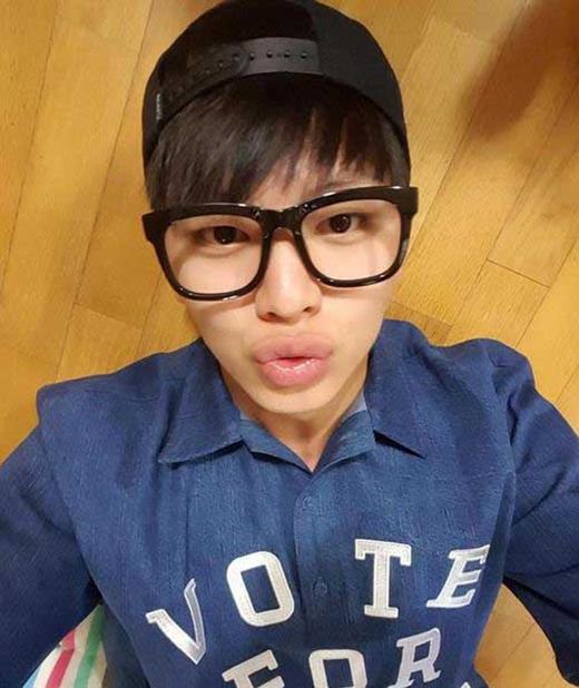 Sungjae siêu đáng yêu khi khoe ảnh tạo dáng mỏ vịt và chúc các fan một ngày vui vẻ.