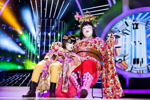 Vương Khang tạo nên sự bất ngờ khi hóa thân thành nàng geisha trong bộ kimono họa tiết hoa với màu đỏ, cam rực rỡ.